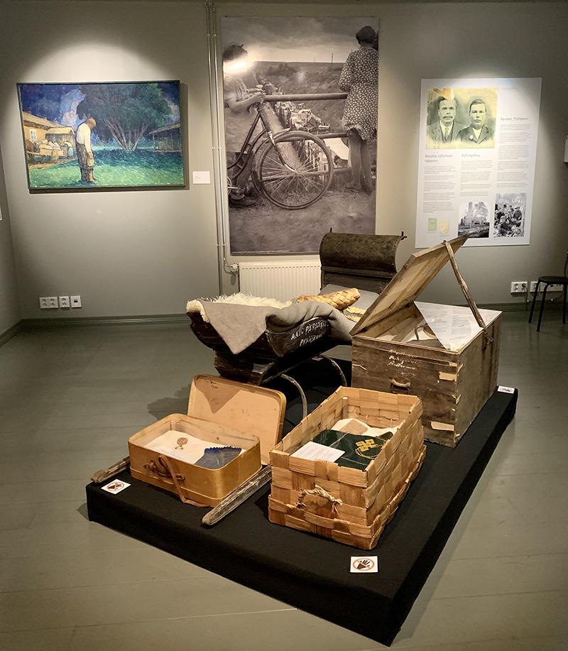 Sastamalan seudun Siun ja miun. Viipurin läänin Pyhäjärvi näyttelyssä oli useita evakkomatkaan liittyviä esineitä: matkalaukku, arkku, pärekori ja reki.